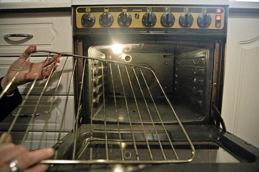 Uunin puhdistukseen voi käyttää vaikka ruokasoodasta, suolasta ja kuumasta vedestä sekoitettua tahnaa.