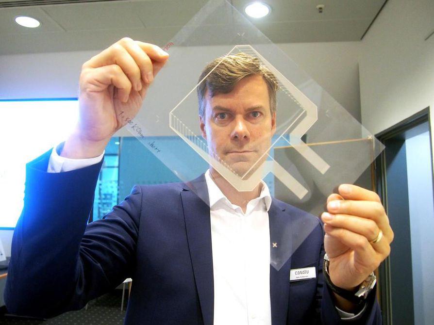 Suomessa kehitetty ja valmistettava nanohiilikalvo on täysin läpinäkyvää, sähköä hyvin johtavaa, kevyttä ja venyvää materiaalia. Kalvoon voidaan integroida tarvittavat kosketuksen aistivat anturit ja sensorit, toimitusjohtaja Juha Kokkonen näyttää.