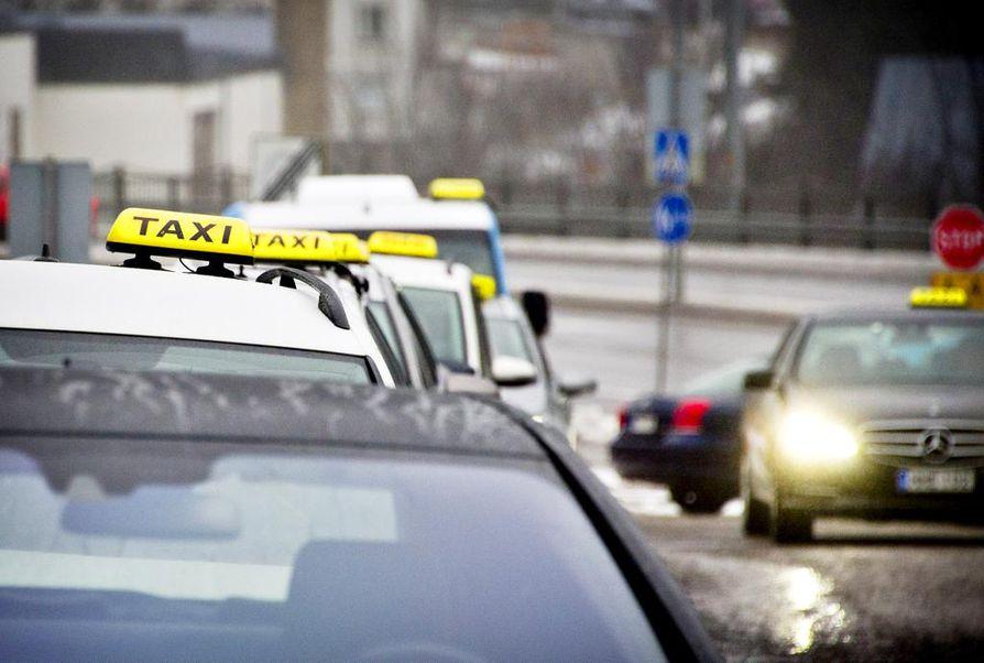 Tähän saakka taksiliikenne on perustunut ely-keskuksen myöntämiin taksilupiin.
