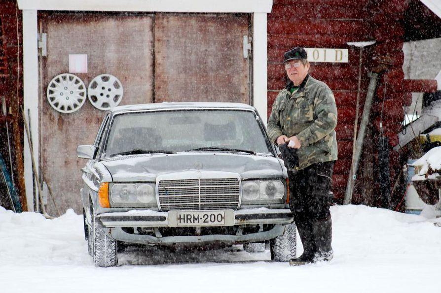 """Mercedes Benz 300D on kestänyt lähes 1 100 000 kilometriä. """"Uskaltaisin lähteä tällä vaikka Bosniaan uudestaan"""", Veli Matti Korppila kehuu."""