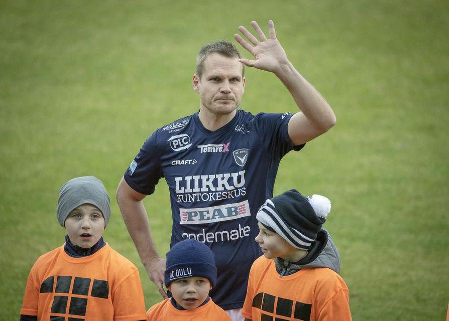 AC Oulun Markus Heikkinen tervehti lauantaina Raatin yleisöä viimeisen kerran aktiivipelaajana. Konkari urakoi JJK-voittopelissä täydet minuutit totutun luotettavasti.