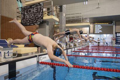 Raksilan uimahallissa riitti perjantaina vilinää ja pärskettä – 250 nuorta uimaria kokoontui aluekilpailuihin