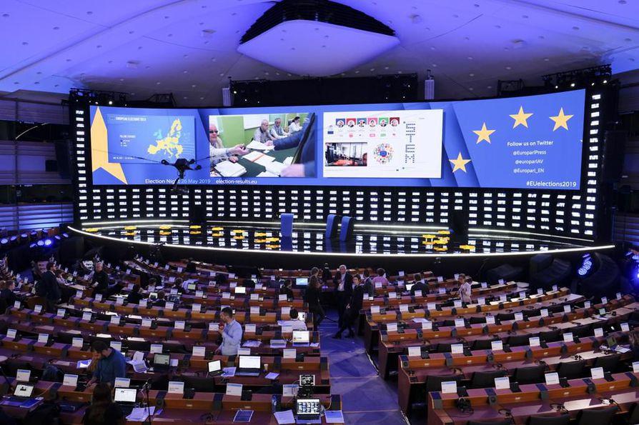 Vaalituloksia seurataan illan aikana studiossa Euroopan parlamentissa.