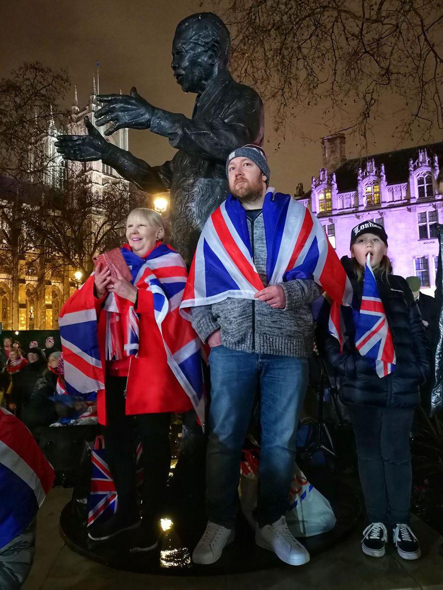 Suurin osa lontoolaisista pysytteli omissa kaupunginosissaan ja kaukana Westminsterin humusta. Patsaiden ja muistomerkkien keskellä laskettiin hetkiä EU-eroon.