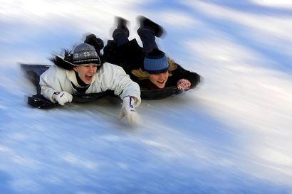 Vanhat kuvat: Lumisia maisemia ja sisäaktiviteettien iloa – tältä näyttivät tunnelmat hiihtolomaviikoilla 10 ja 20 vuotta sitten
