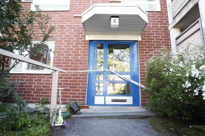 Poliisi on löytänyt kuolleen ihmisen Espoossa asunnosta, jossa räjähti maanantaina illalla – kaksi poliisi sai vammoja