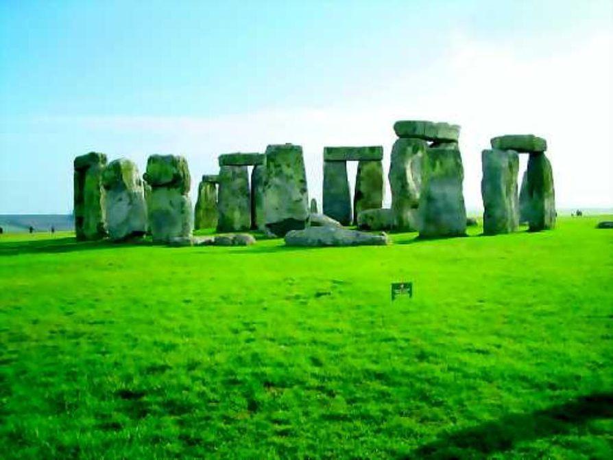 Geometriaa. Vanhimmat megaliitit rakennettiin kolme tuhatta vuotta ennen pyramideja. Tunnetuin rakennelma on Englannin Salisburyssä sijaitseva Stonehenge, jonka vanhimmat osat valmistuivat 5000 vuotta sitten.