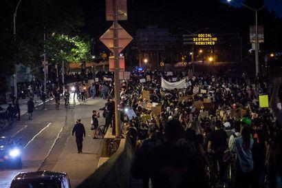 Aktivistisukupolven tyytymättömyys purskahti Yhdysvaltojen kaduille – poliisin väkivalta on yksi useista protestin aiheista