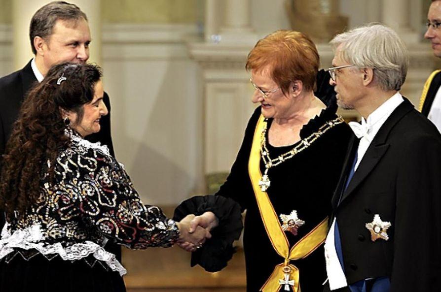 Miranda Vuolasranta tervehti presidenttiparia Linnanjuhlissa itsenäisyyspäivänä.