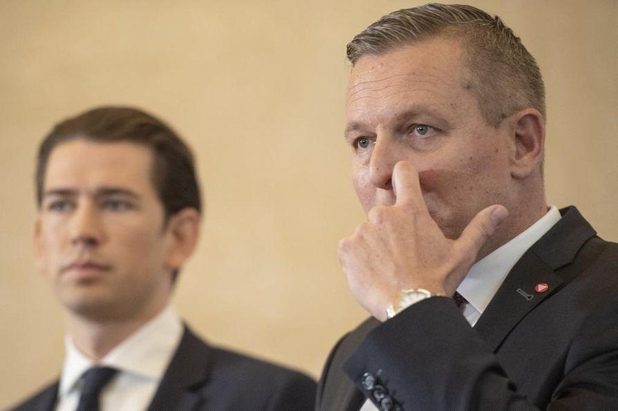 Itävallan liittokansleri Sebastian Kurz (vas.) ja puolustusministeri Mario Kunasek kertoivat epäillystä vakoilutapauksesta Wienissä perjantaina.