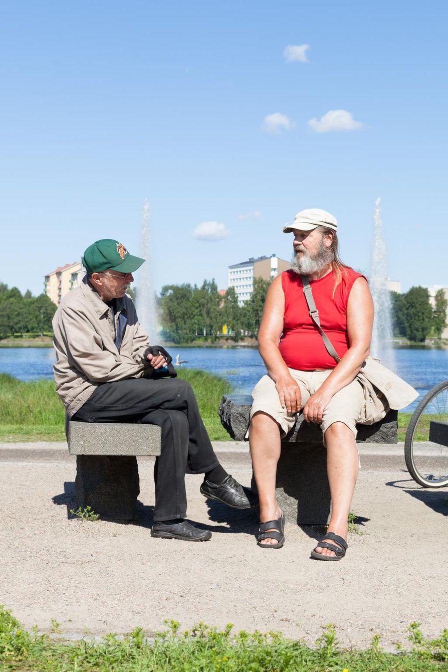 Kari (vas.) ja Erik pysähtyivät Ainolan puistossa matkalla Torinrantaan. Puisto on miehille tuttu jo vuosikymmenten ajalta. - Täällä on oltu koltiaisena omenavarkaissa, puistovahti vain juoksi perässä. Kauneuspadon yli on ajettu pyörälläkin. Kalassa täällä käytiin paljon, pyydettiin haukia. Niitä oli joka paikassa, Kari sanoo.
