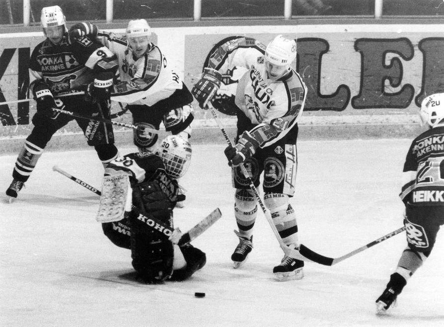 Kai Suikkanen iski Kärpille 175 osumaa SM-liigan runkosarjan peleissä. Tässä Suikkanen (21) lapioi kiekkoa verkkoon Ilveksen maalin edustalla.