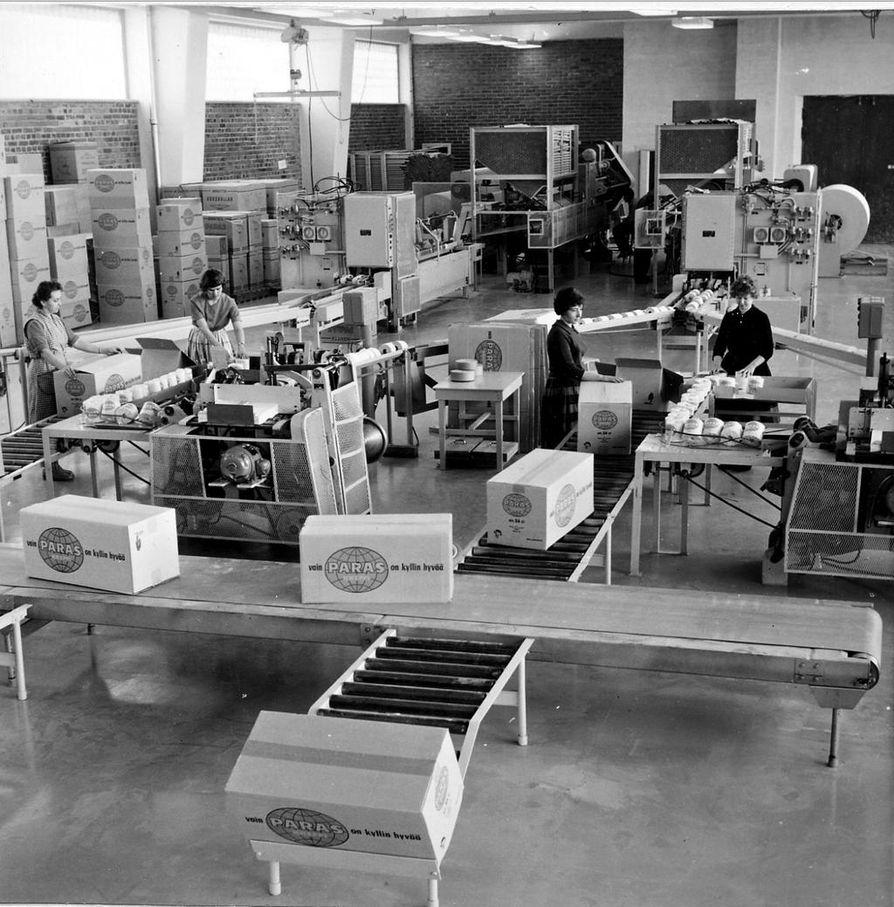 Mäntän paperitehtaan uusi jalostusosasto vuonna 1961. Taustalla kaksi toilettipaperin käärimis- ja pakkauskonetta.