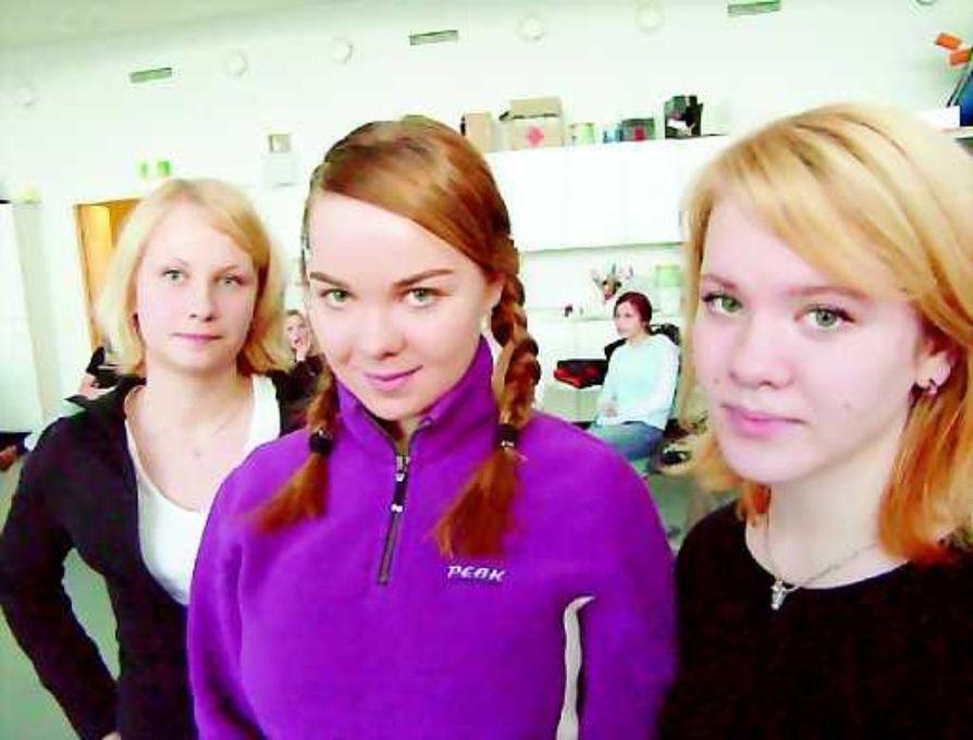 Nuoret näyttelijät. Emma Mäkelä, Katri Kulmuni ja Emma Martimo Tornion kansalaisopiston nuorisoteatterista olivat mukana Nuori Kulttuuri  -tapahtumassa.