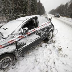 Lumen tulo yllätti: Malmitiellä kaksi liikenneonnettomuutta lähes samaan aikaan