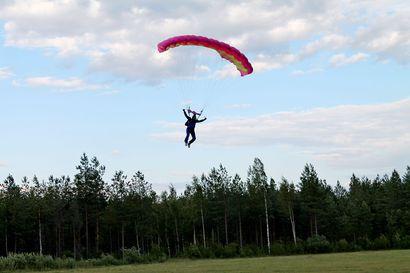 Laskuvarjohyppääjä jäi jumiin puuhun Oulunsalossa – pelastuslaitos päästi hyppääjän pinteestä puolen tunnin kuluttua