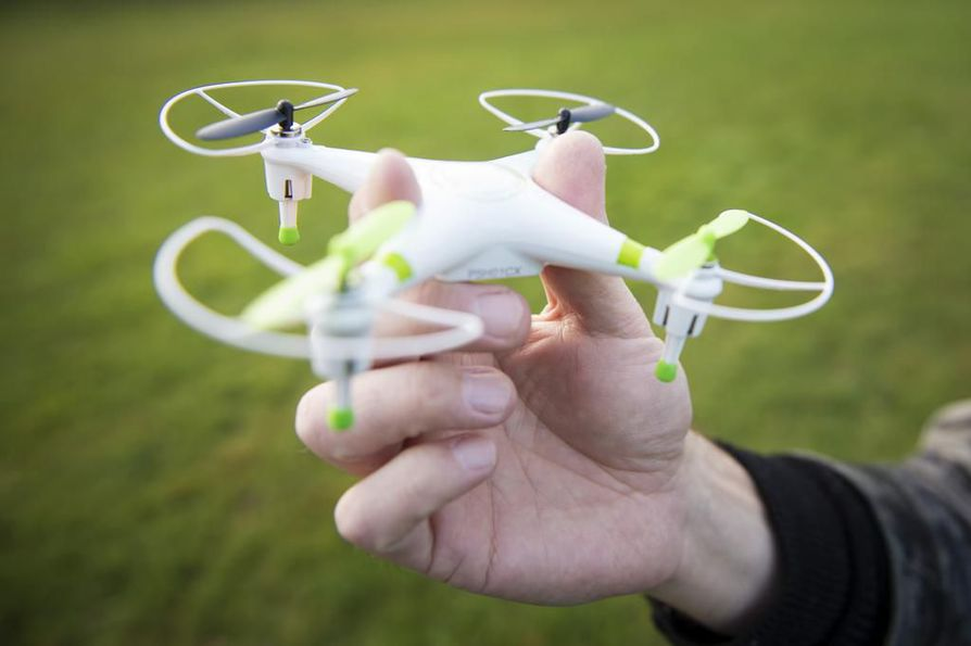 Lentävistä droneista on paljon iloa ja hyötyä, mutta vastuuton lennättäminen voi aiheuttaa vaaratilanteita. Arkistokuva. Kuvan drone ei liity vastuuttomaan lennättämiseen.
