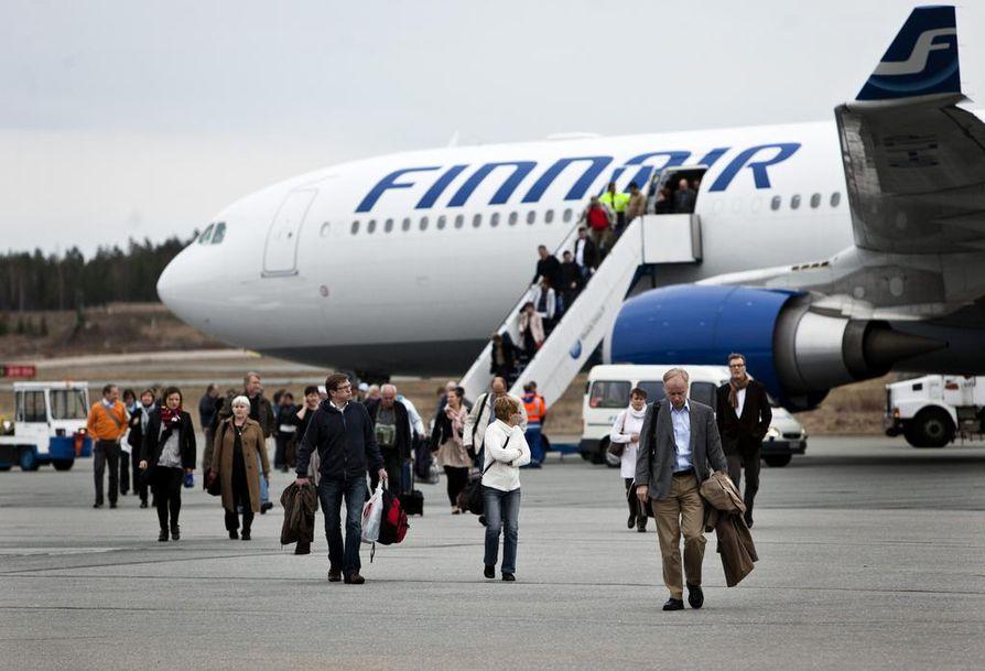 Liikenne: Lentoliikenteen matkustajamäärä ja henkilöautoilun kilometrit kasvavat joka vuosi.