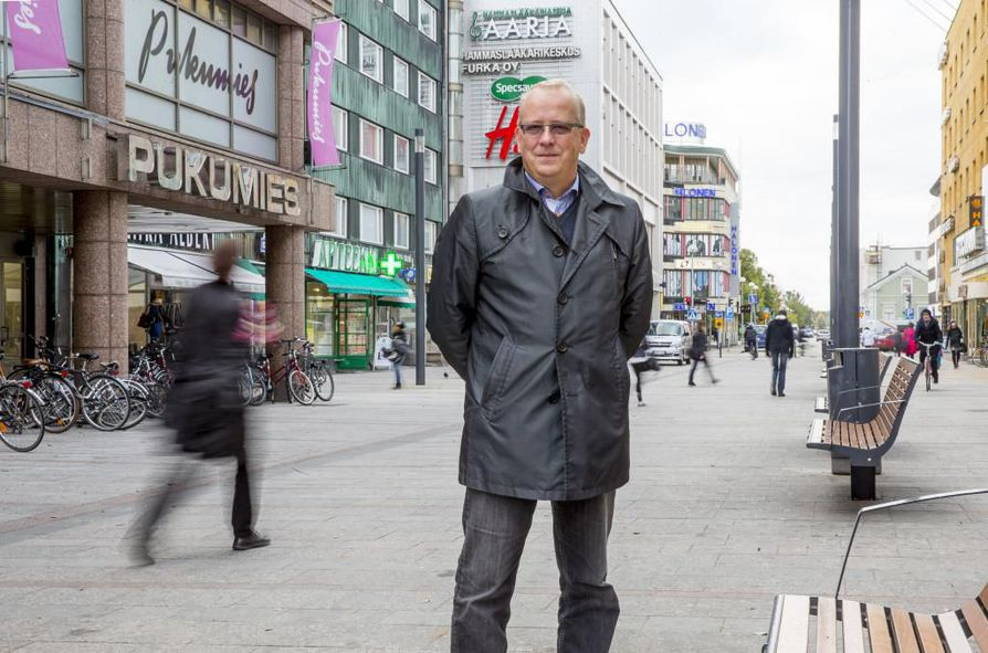 Oululainen kauppias ja kiinteistöyhtiöiden hallitusten puheenjohtaja Aki Keisu sanoo, että rakennusten korkeuden tyssääminen tuomiokirkon tornin korkeuteen pysäyttäisi myös keskustan kehittymisen.