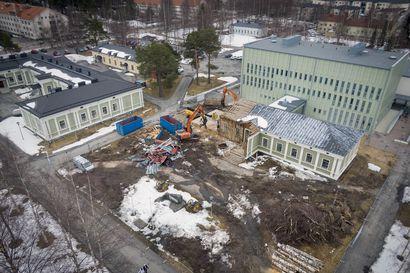 """Oulun puukasarmin suojeltu ruokalarakennus Artteli puretaan – """"Rakennuksen runko on kuin hirsipalasista rakennettu tilkkutäkki"""""""