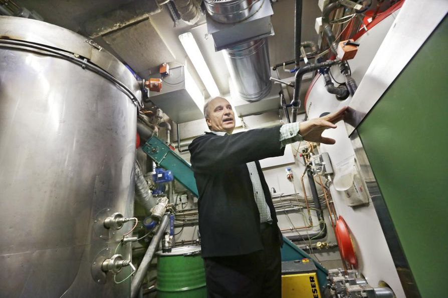 Juha Hulkko tuottaa omakotitaloonsa sähkön Volterin omasähkölaitoksella puuhakkeella. Hän myös myy sähköä Oulun Energialle. Arkistokuva viime joulukuulta.