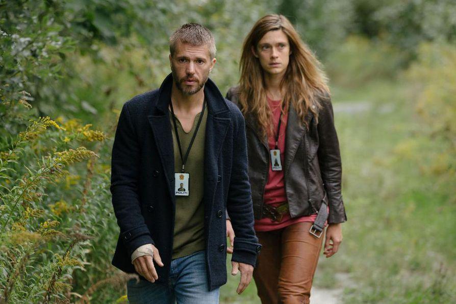 Nicolai Cleve Broch ja Krista Kosonen ovat pääosissa HBO:n alkuperäissarjassa Beforeigners. Kosonen on menneisyydestä joitain vuosia aiemmin tullut Alfhildr Enginnisdottir ja Cleve Broch on nykysyntyinen Lars Haaland.