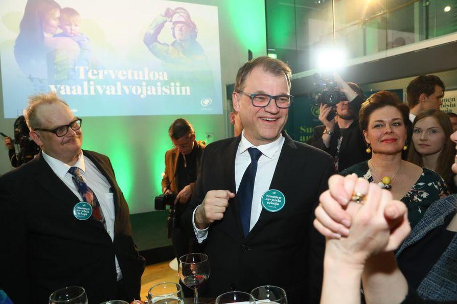 Keskustan suuresta vaalitappiosta huolimatta Juha Sipilä tervehti puoluetovereitaan sunnuntai-iltana hymyillen.
