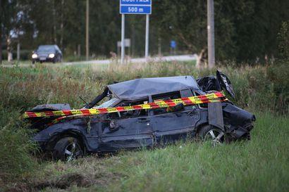 Poliisi epäilee: Nivalan onnettomuusauton kuski ajoi kilpaa toisen kuljettajan kanssa – tältä ajoneuvo näyttää sadan metrin pyörimisen jälkeen