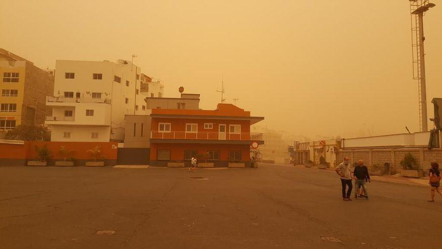 Hiekkamyrsky on värjännyt maiseman kelta-oranssiksi Teneriffalla.