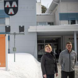Posiolla nuoret ottivat yrittäjissä vetovastuun – Posion yrittäjäjärjestön hallituksen kokoonpano on ikärakenteeltaan harvinaisuuksia koko Suomen yrittäjäkentässä. Hallituksen jäsenten keski-ikä on 37,6 vuotta. Neljä hallituksen jäsenistä on alle neljäkymppisiä.