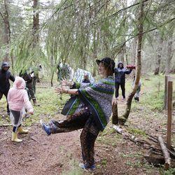 Kuvagalleria: Oulunsalon Varjakassa mantereen puolella voi kiertää Warjakan taidepolun metsässä