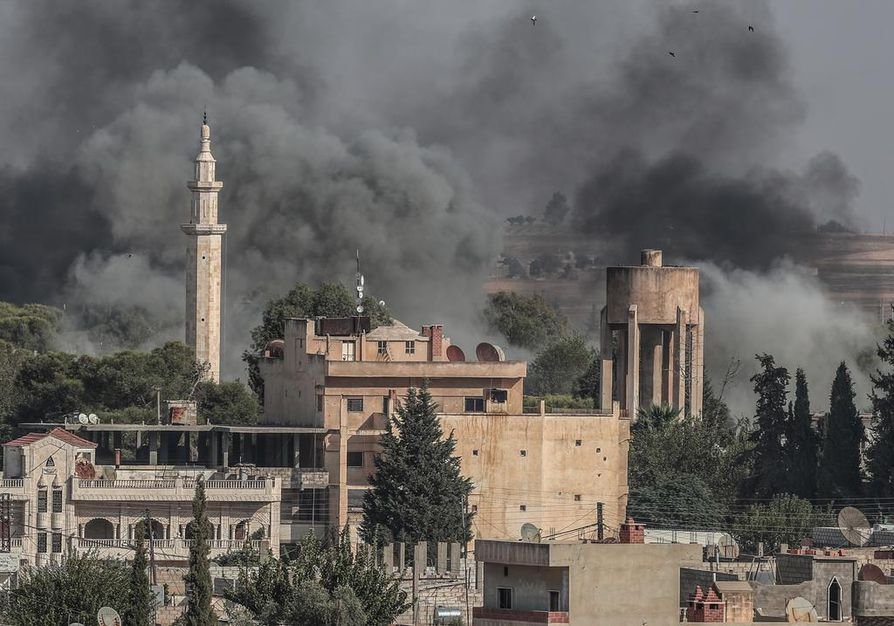 Ras al-Ein kaupunki Pohjois-Syyriassa savusi Turkin tykkitulen seurauksena torstaina.