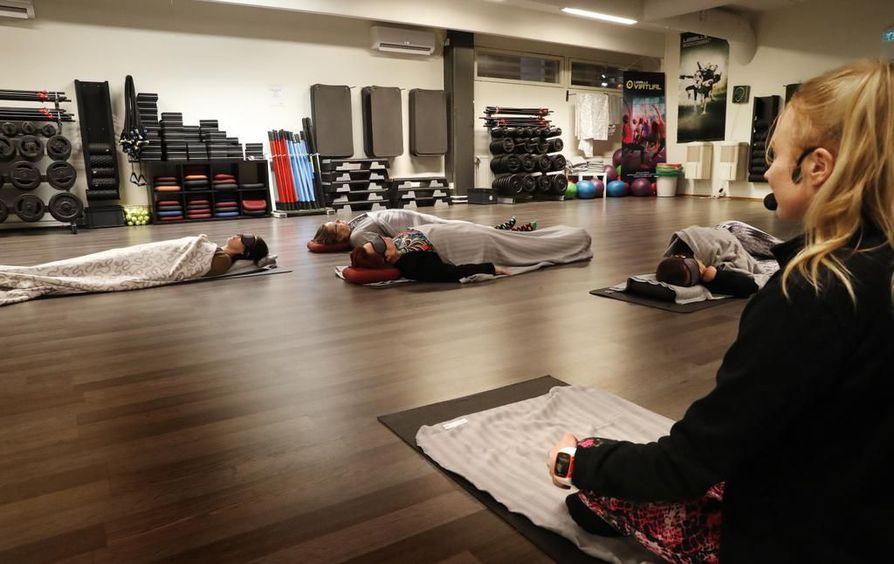 Testataan uusi Nokoset-tunti Heikinkadun Fressissä. Siinä kuntokeskuksen asiakkaille tarjotaan rentoutusta puolen tunnin ajan. Tunnilla opetellaan myös oikeaoppista, rentouttavaa hengitystä. Vartin ajaksi pannaan unimaskit päähän ja vedetään peitto korviin.
