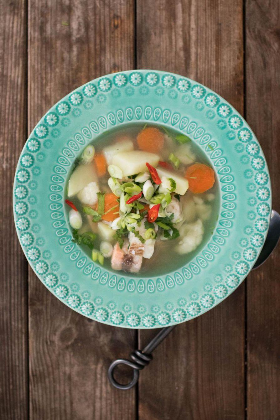 Kirkas kalakeitto koukuttaa aasialaisella makumaailmalla. Kun chili ripotellaan vasta valmiin keiton pinnalle, maistuu keitto aremmillekin chilinsyöjille.
