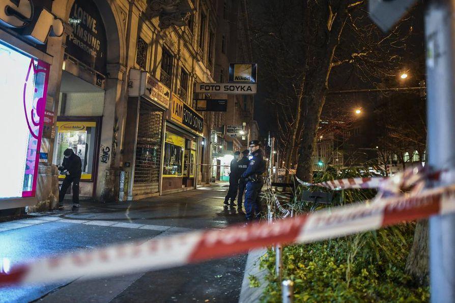 Poliisi oli sulkenut osan Praterstrassea Wienissä puukkohyökkäysten jälkeen myöhään keskiviikkona.