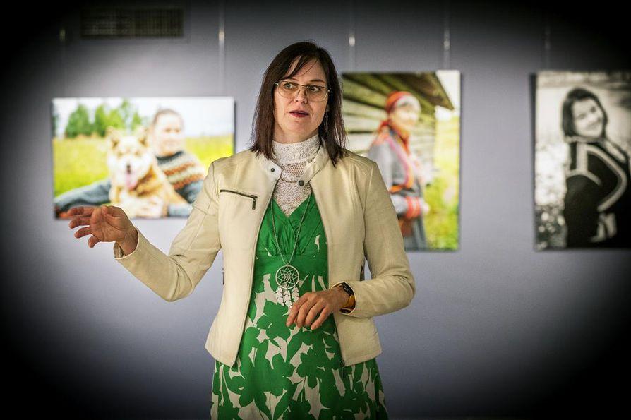 Valokuvaaja Jaana Ahola tietää, että Kuolajärven puvusta ollaan ylpeitä ja sillä halutaan kertoa, mistä ollaan kotoisin.