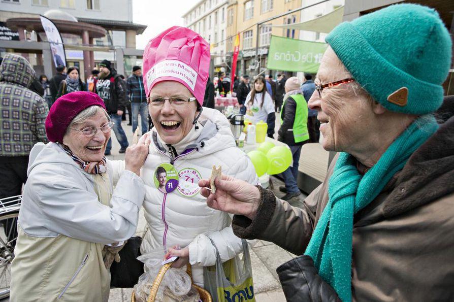 Rotuaarilla Oulussa käytiin eduskuntavaalikampanjaa näin hilpeissä tunnelmissa neljä vuotta sitten huhtikuussa. Tuolloin ehdokkaana ollut Eeva-Maria Parkkinen tarjoili Jenni Katajalle (vas.) ja Aino Rautiolle (oik.) itse tekemäänsä rieskaa ja hapanleipää.