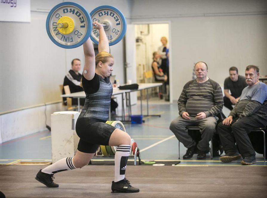 Oulun Pyrinnön Erika Korva työnsi suorille käsille 65 kiloa Tatun kisoissa Kasarmin liikuntasalissa. Tulos on nuoren nostajan uusi kisaennätys.