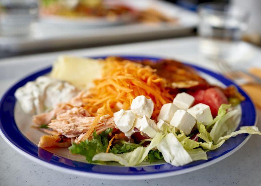 Maistelemme Oulun Satamaravintolassa ohueksi nuijittua broilerinfilettä höystettynä runsaan salaattipöydän antimilla.
