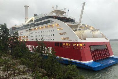 Viking Gracen matkustajalaivan pelastustyöt rauhoitetaan yön ajaksi – tilanne on vakaa ja matkustajat ovat turvassa