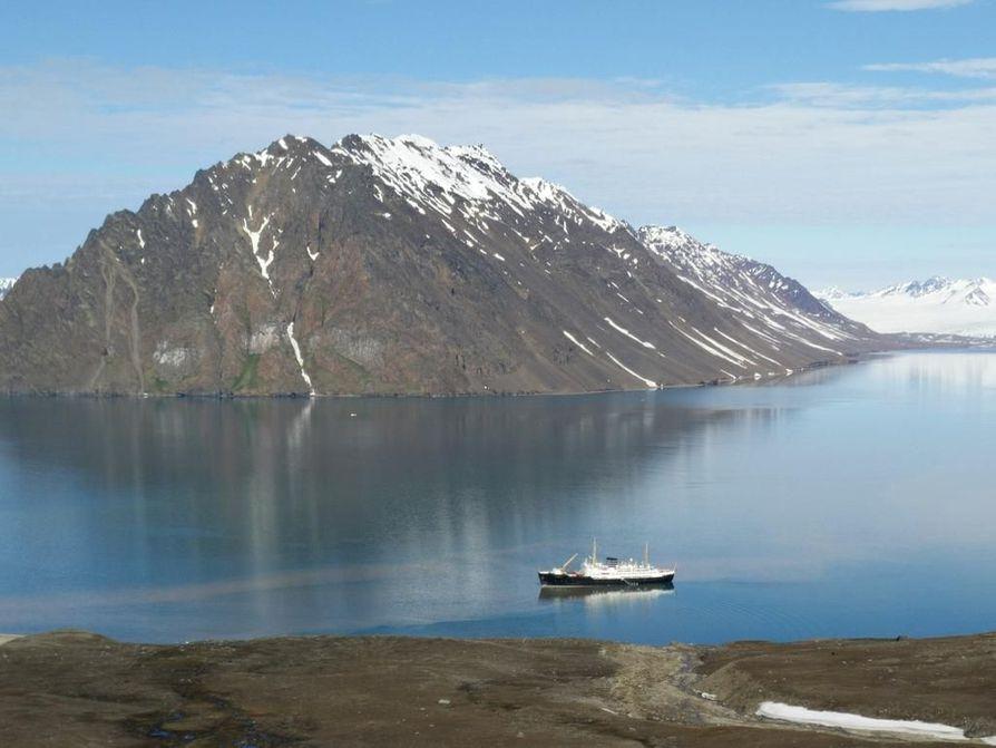 Laiva odotti vuonossa, kun käytiin pikku vaelluksella maissa.
