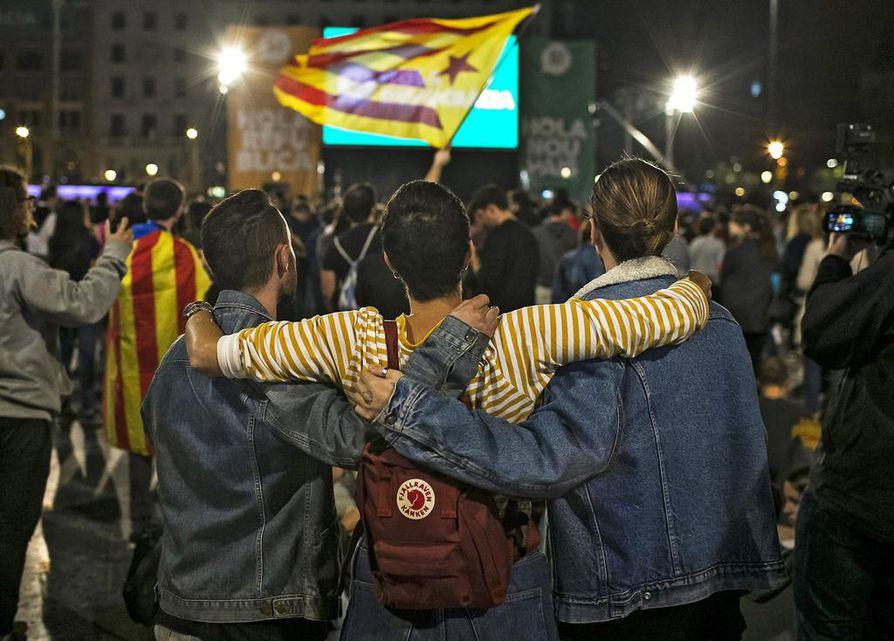 Katalonian kansanäänestystä juhlittiin Barcelonan kaduilla.