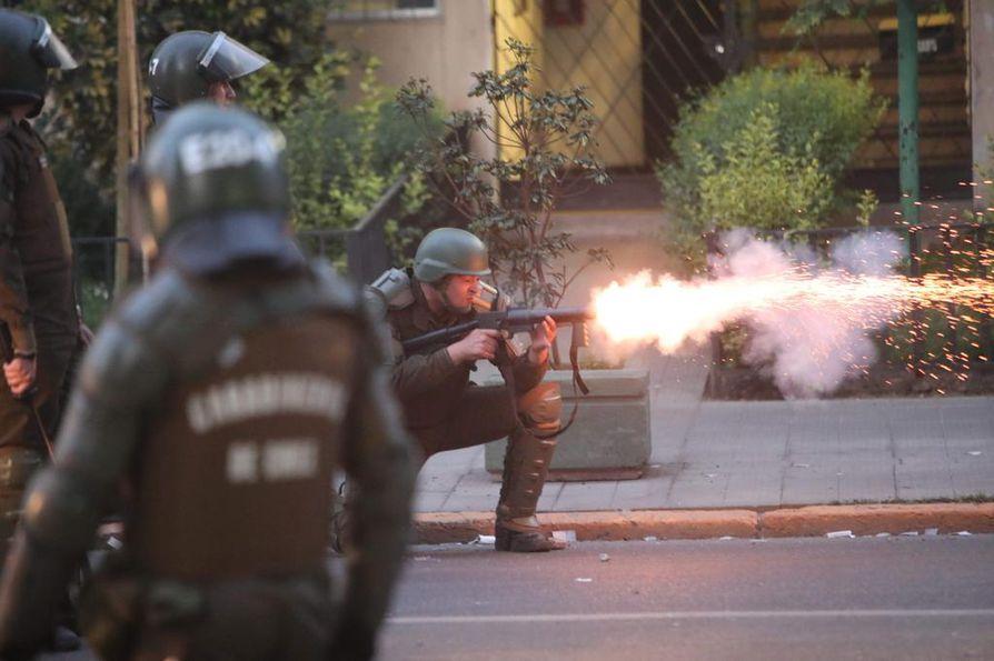 Chilen poliisi käytti kyynelkaasua mielenosoittajia vastaan viikonloppuna Santiagossa Chilessä.