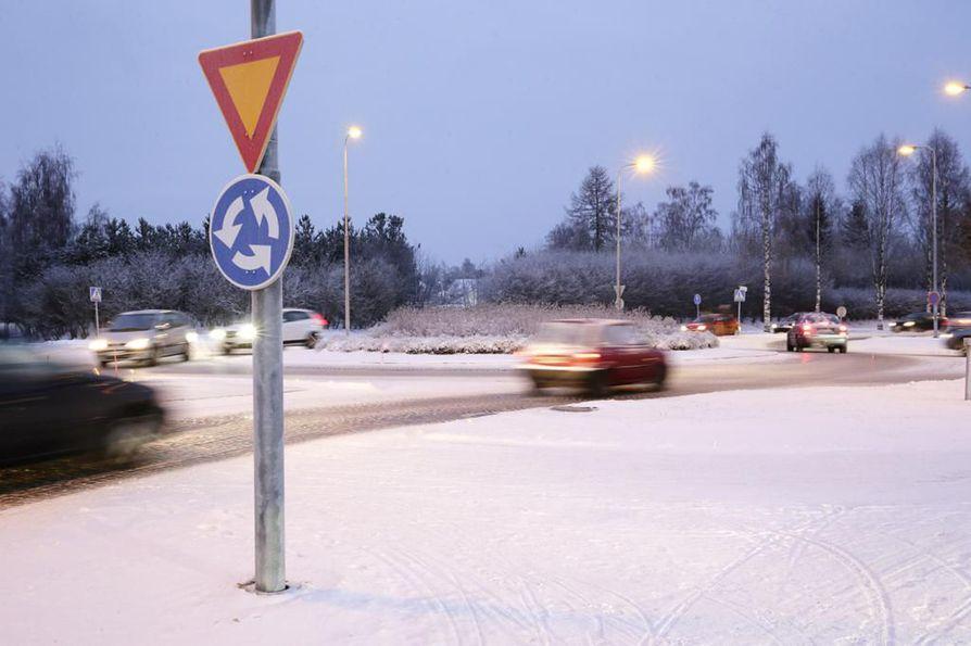 Liikenneturvan seurannoissa kuljettajista 71 prosenttia näytti vilkkua liikenneympyrästä poistuessaan. Kuvituskuva.