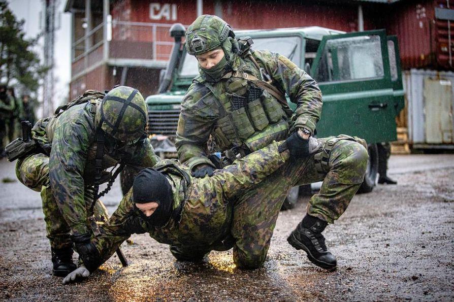 Sotilaspoliisit suorittavat kiinnioton. Kuva on puolustusvoimien meneillään olevasta pääsotaharjoituksesta Kaakko 19:stä.