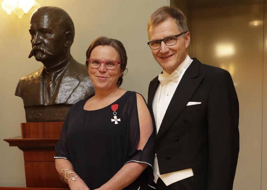 Elina ja Esa Jussila poseeraavat Nivalasta kotoisin olevan presidentti Kyösti Kallion rintakuvan edessä.