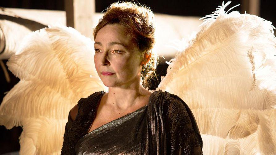 Seurapiirijulkkis Marguerite Dumont (Catherine Frot) laulaa antaumuksella nuotin vierestä.
