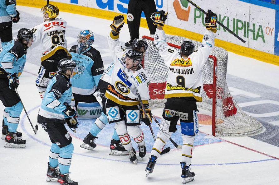 Mika Pyörälä (kesk.) ja Jesse Puljujärvi juhlivat Juho Lammikon tekemää avausmaalia. Pyörälä viimeisteli myöhemmin 0–2-maalin tyhjiin ja siirtyi yksin Kärppien kaikkien aikojen maalitykiksi.