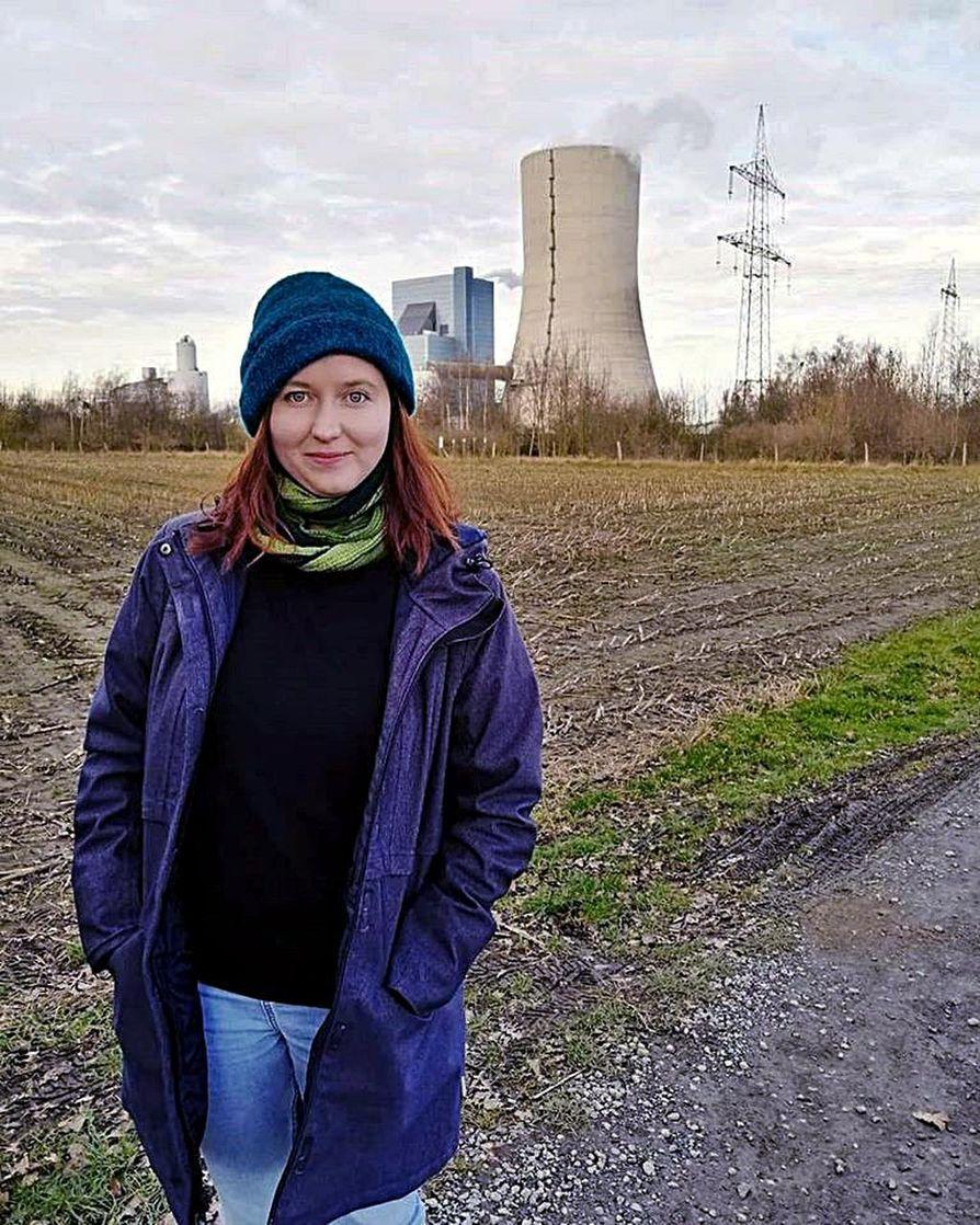 Kathrin Henneberger kertoo Ende Gelände -ryhmänsä suunnittelevan suuria mielenosoituksia, kun Uniper ottaa takana näkyvän uuden Datteln 4 -hiilivoimalan kesällä käyttöön. Uniperista omistaa enemmistön valtio-omisteinen Fortum.