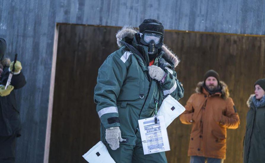 Kasvonsakin suojannut apulaisohjaaja Jouni Mutanen aikoo pysyä lämpimänä pakkasessa. Tavoitteena on, että kylmyys hyytää Ivalo-rikossarjassakin.